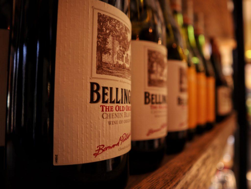 Gros plan sur des bouteilles de vin