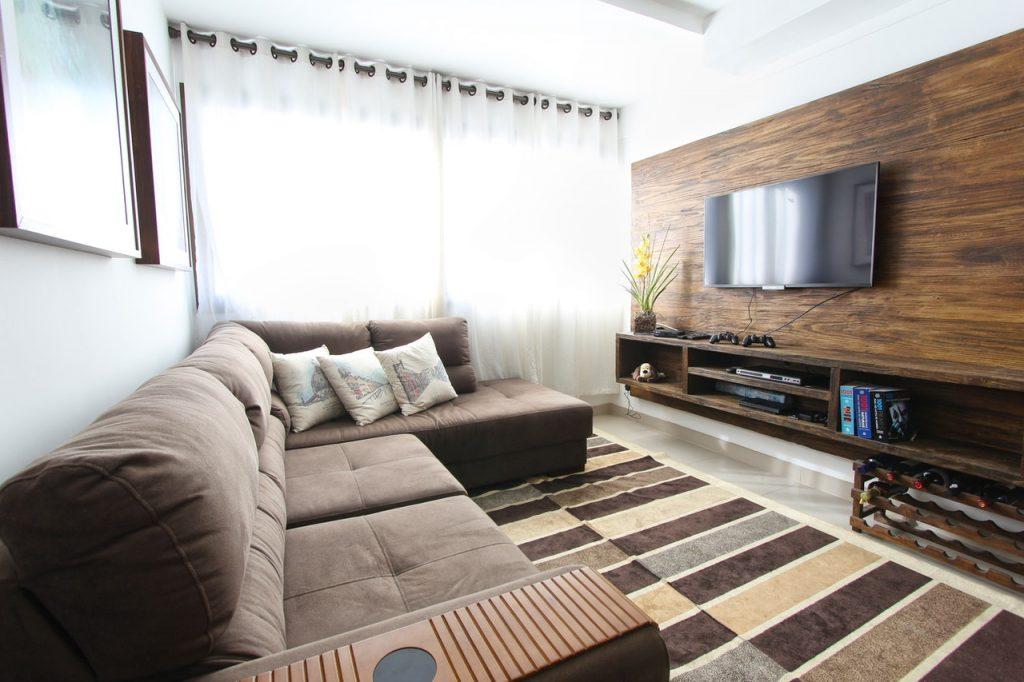 salon décoré dans les tons marron avec des rideaux clairs