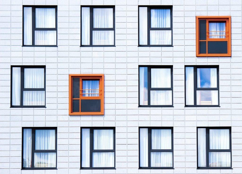 fenêtres carrées sur la façade d'un immeuble