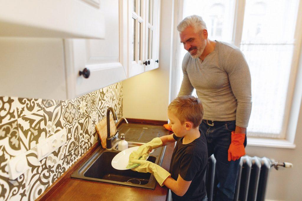 petit garçon qui fait la vaisselle